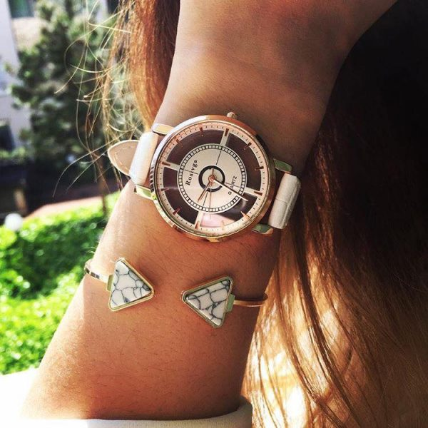 Bracelet jonc triangle marbre blanc porté