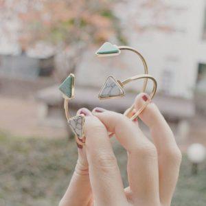 Les P'tits Coups de Coeur | Boutique Bijoux Femme Tendance 2017 | Bracelets Joncs Triangles Vert et Blanc portés