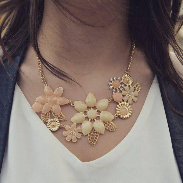 Les P'tits Coups de Coeur | Boutique Bijoux Femme Tendance 2017 | Collier Ras de Cou Fleurs Beige porté