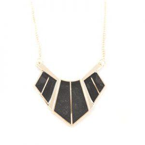 Collier Triangulaire noir et doré non porté