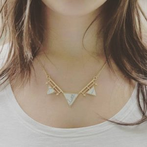 Collier Triangle et Flèches marbre blanc porté