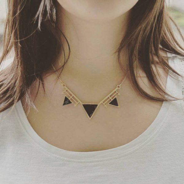 Collier Triangle et Flèches marbre noir porté