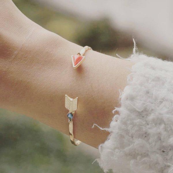 Bracelet Jonc Flèche Pierres rougee et Bleue porté