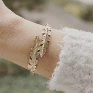 Bracelet plume doré porté