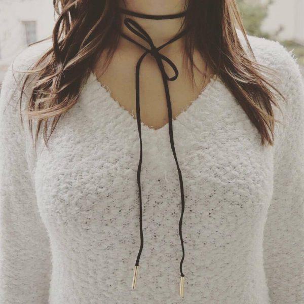 Collier ras de cou noir porté