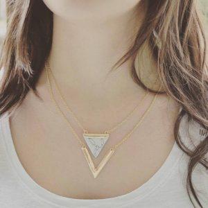 Double Collier Sautoir triangles blanc porté