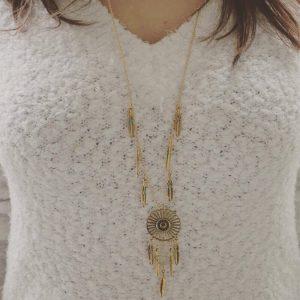 Sautoir plume ethnique coloris doré porté
